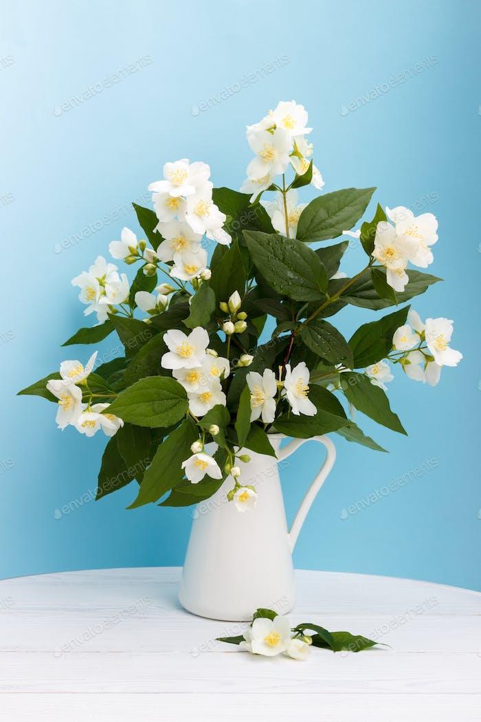 Frische Jasminblüten in einer Vase