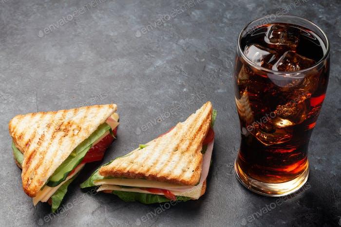 Club-Sandwich und Cola