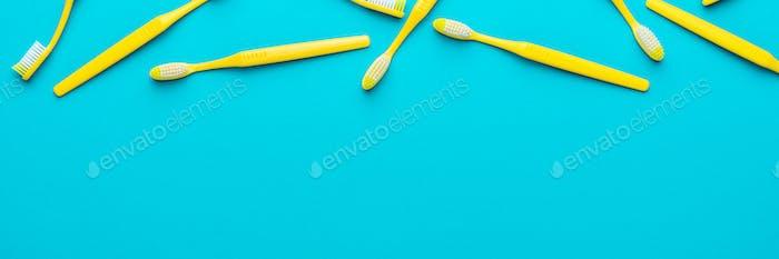 Draufsicht Auf Gelben Zahnbürsten Auf Türkisblauem Hintergrund Mit Kopienraum