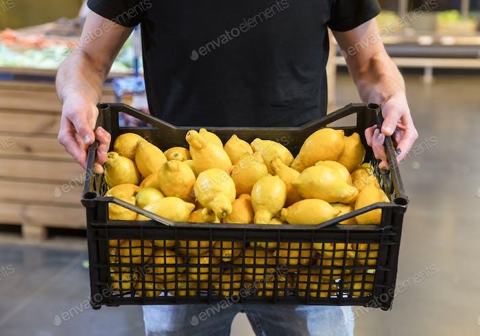 Familie wählt Zitronen und Früchte im Supermarkt