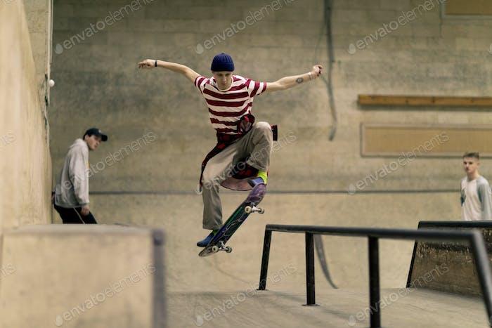 Acción de skateboarding