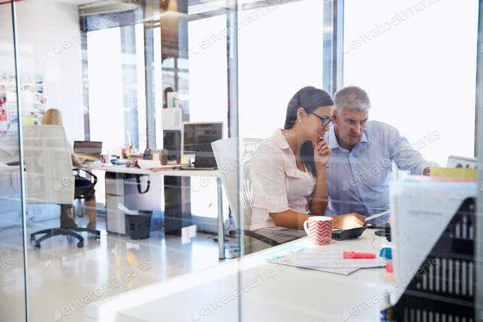 Office colleagues working togetherØ