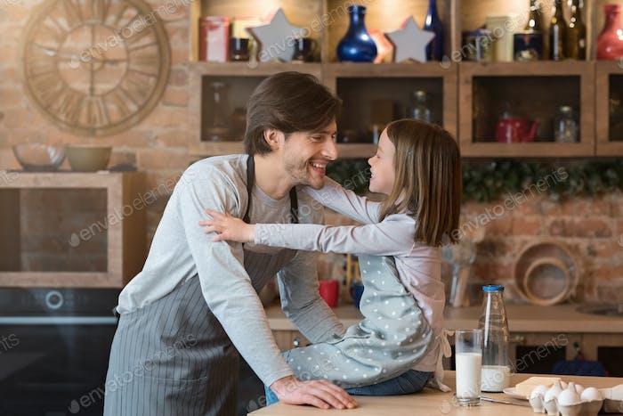 Vater-Tochter-Verbindung. Niedliches kleines Mädchen Bonding Mit Papa In Küche