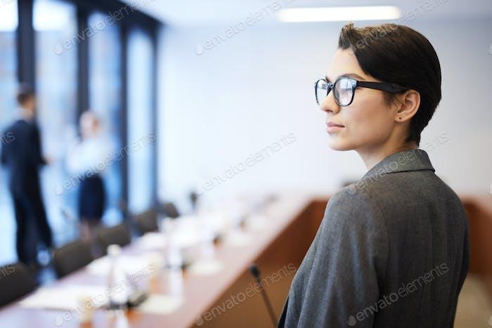 Erfolgreiche Geschäftsfrau im Konferenzraum