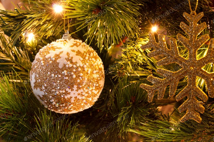 Weihnachtskugel auf Tanne
