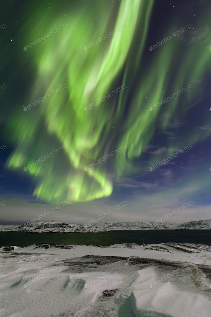 Nordlichter am Ufer des Arktischen Ozeans
