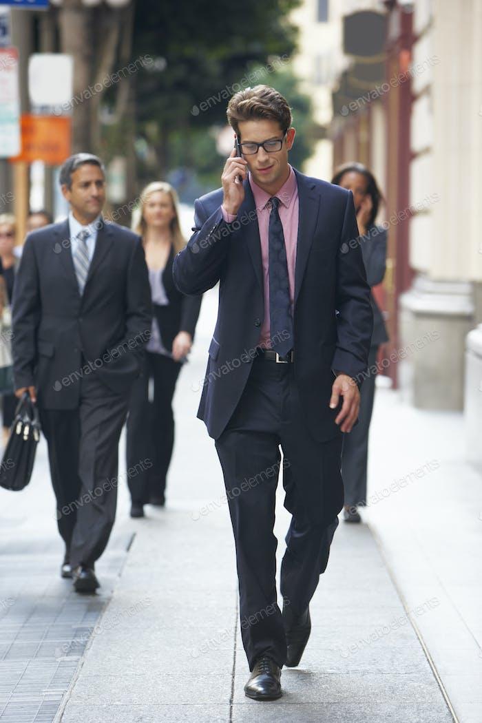 Geschäftsmann außerhalb Büro auf Handy