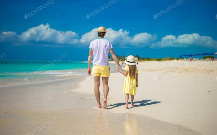 Kleines süßes Mädchen und glücklicher Vater auf tropischen exotischen Strand
