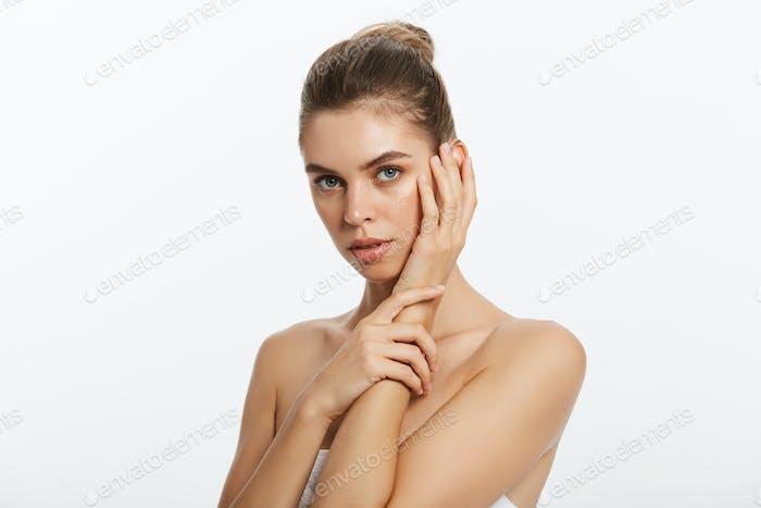 Schönheit Gesicht der jungen Frau. Hautpflege-Konzept. Nahaufnahme Porträt isoliert auf weiß