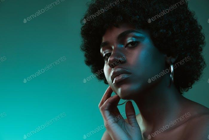 Porträt von weiblichen High-Mode-Modell in Neonlicht