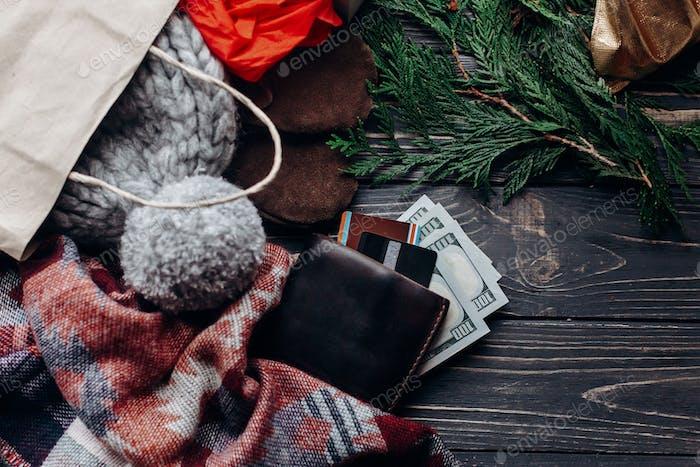 Saisonale rustikale Hintergrund mit Geld Kreditkarten Geldbörse und Tasche mit Geschenken