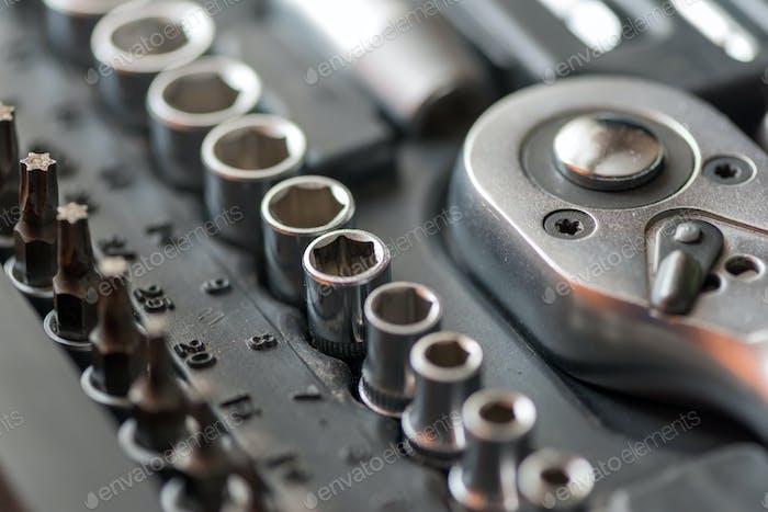 Satz von Werkzeugen für die Autoreparatur in Box