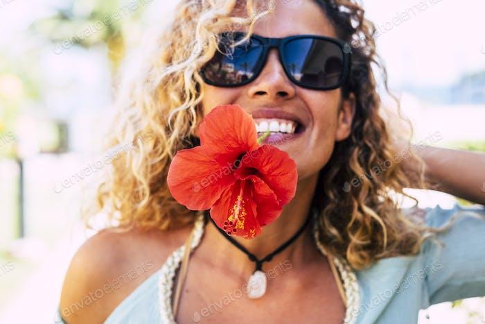 Concepto de primavera y felicidad con dama feliz