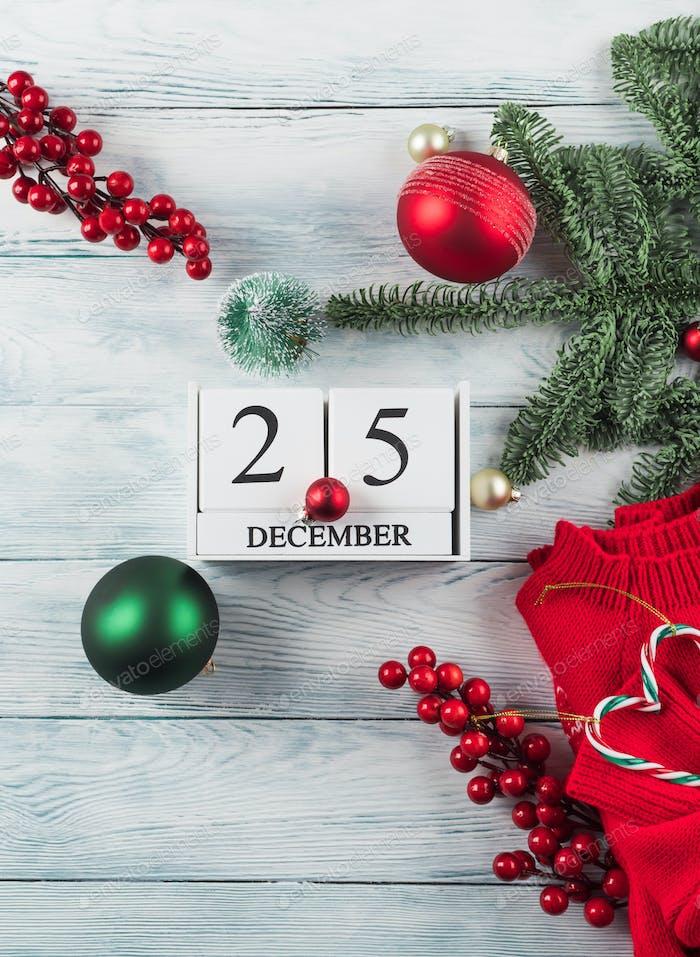Festliche Weihnachtswohnung lag auf Holz mit Kalender