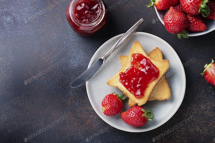 Toast mit Erdbeermarmelade