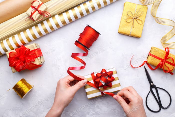 Frauen-Hände binden Weihnachten oder Geburtstag Geschenk-Box