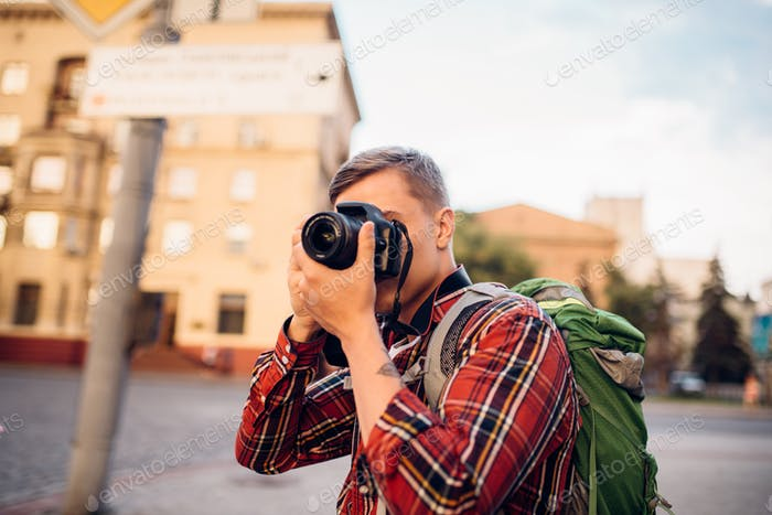 Man takes picture of tourist attractions on camera