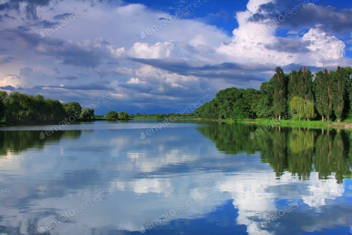 Reflexion des bewölkten Himmels im See