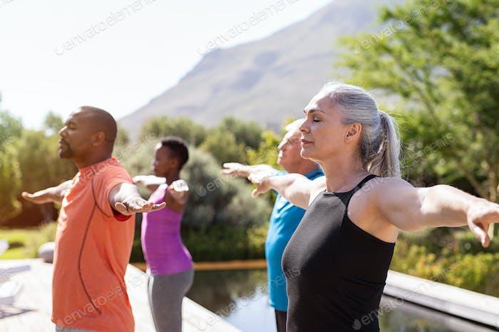 Reife Gruppe von Menschen tun Atemübung