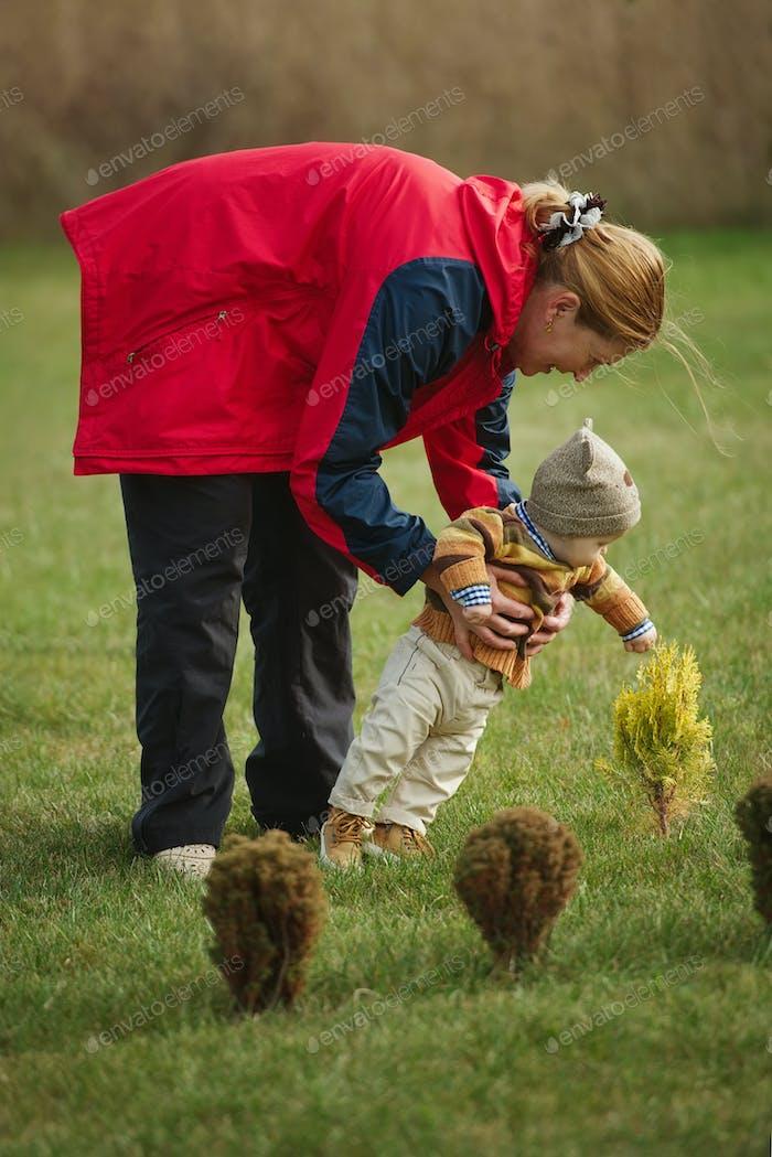 glückliche Großmutter mit Enkel im Park