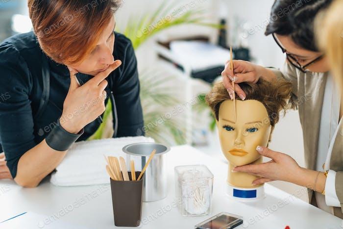 Permanentes Augenbrauen-Make-up-Training - Theoretischer Teil des Kurses im Beauty Esthetic Center