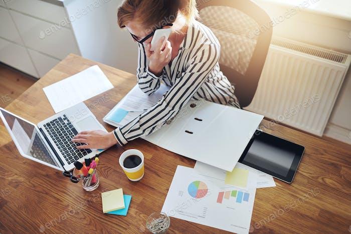 Erfolgreiche Geschäftsfrau mit einem E-Business