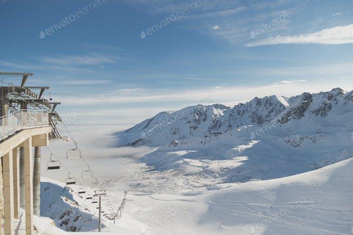 Estación de esquí. Horizontal nevado picos y valles para esquí, pistas de esquí y ascensores