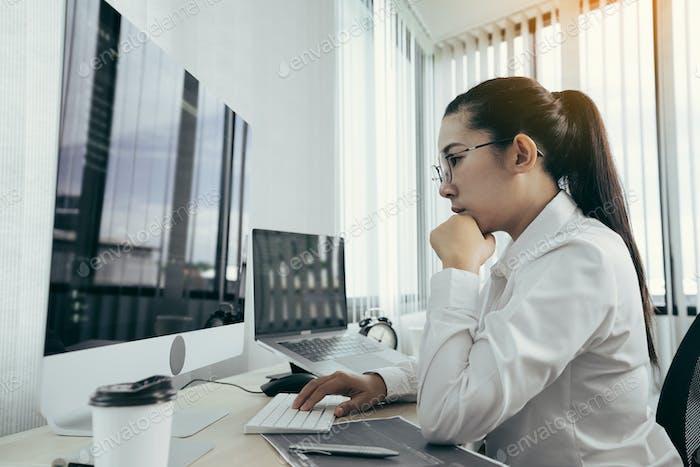 Desarrolladora asiática de software está preocupada por analizar sistemas basados en código en su oficina.