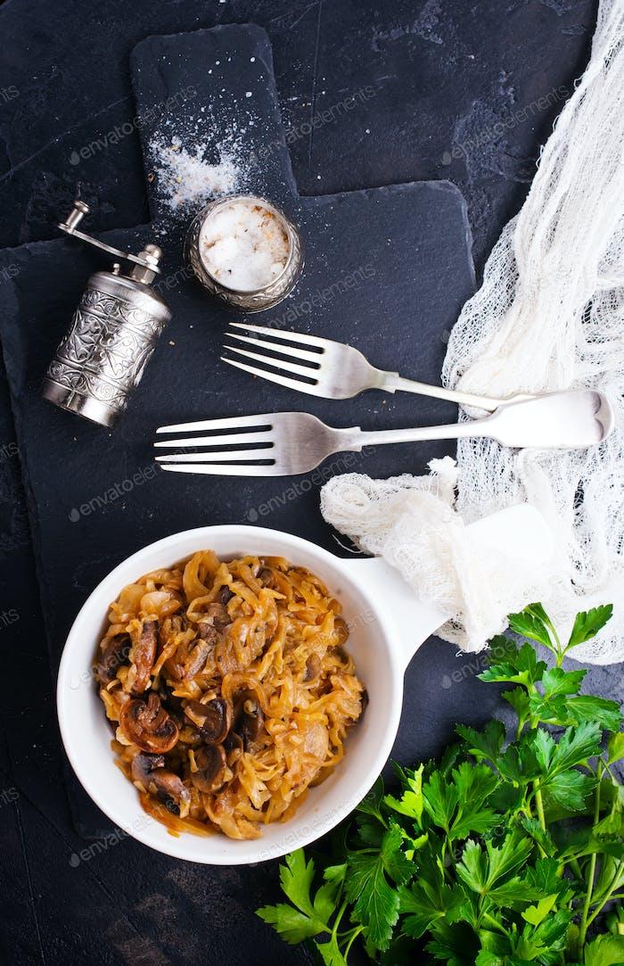 gebratener Kohl mit Pilzen