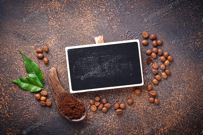 Geröstete Bohnen und gemahlener Kaffee