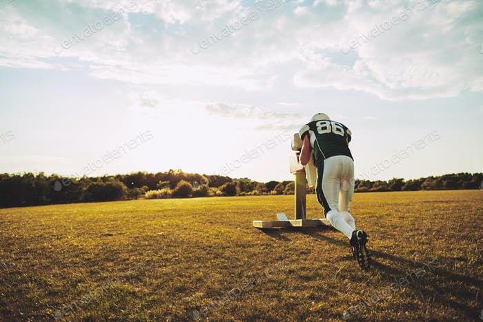 American Football-Spieler tun Schlitten Tackle Bohrer während des Trainings