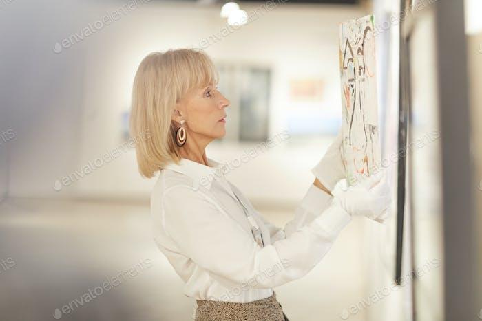 Elegante Frau Hängende Malerei in Kunstgalerie