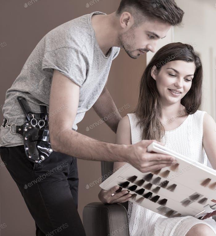Teñir el cabello en salón de peluquería