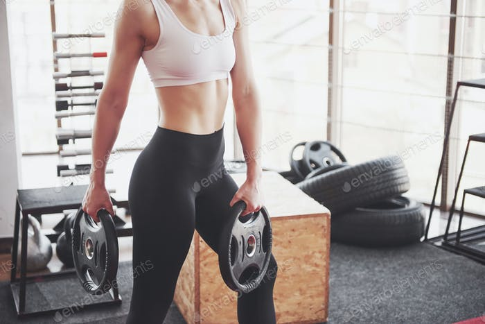 Активная девушка в фитнес-зале. Концепция тренировки здоровый образ жизни спорт