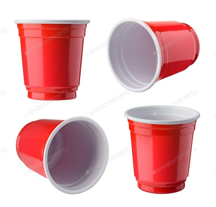Red Beer Pong Kunststoffbecher isoliert auf weißem Hintergrund.