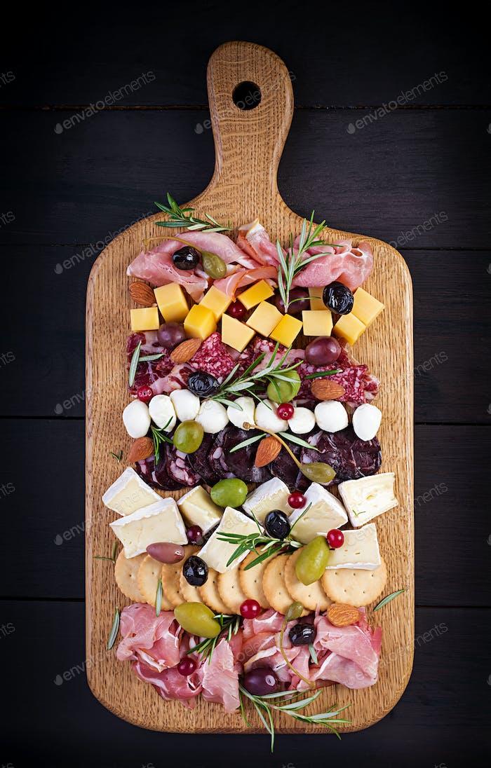 Antipasto-Platte mit Schinken, Schinken, Salami, Käse, Cracker und Oliven