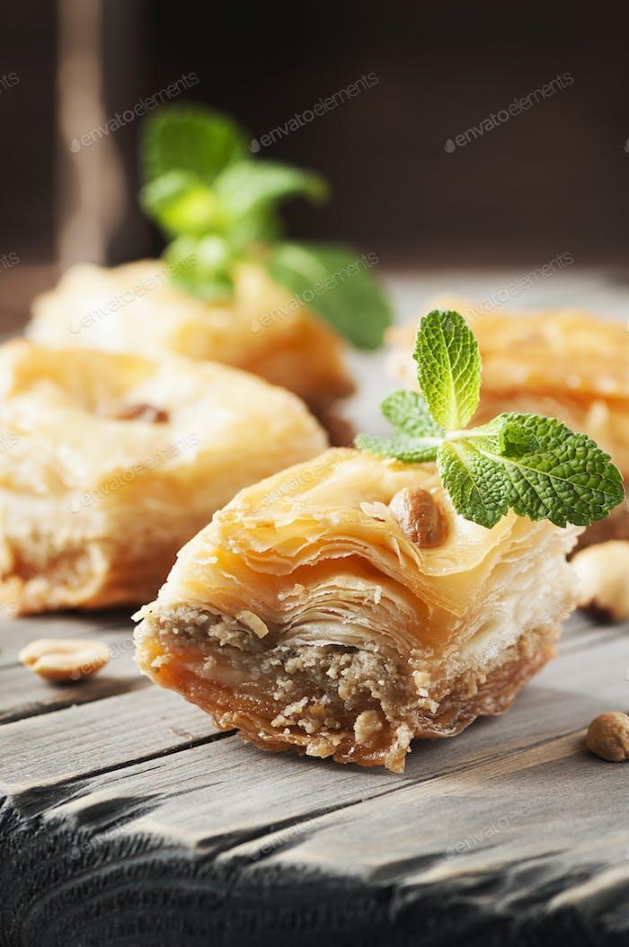 Traditionelles arabisches Dessert Baklava mit Honig