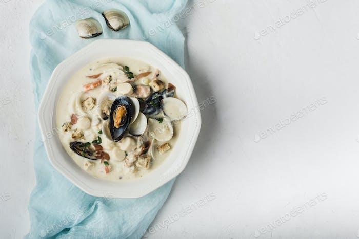Muschelsuppe in einem weißen Teller.