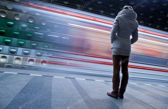 U-Bahnstation (bewegungsunscharfes und farbgetöntes Bild)