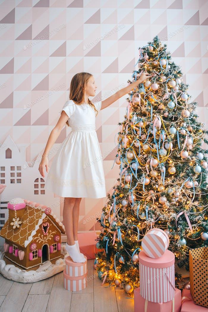 Красивая девушка возле елки украшения