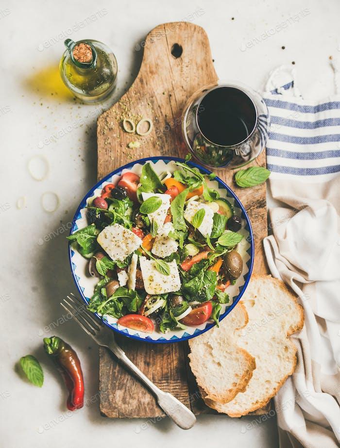 Griechischer Salat mit Feta-Käse, Olivenöl und Rotwein