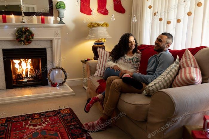 Paar zu Hause in der Weihnachtszeit