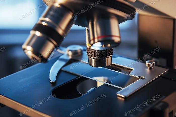 laboratorio, microscopio para muestras de biología química, equipo médico