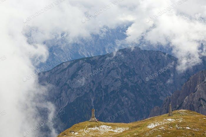 Wanderer und Denkmal in den Dolomiten Italien