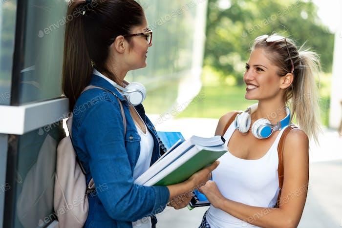 Estudiantes universitarios que estudian en el campus universitario al aire libre