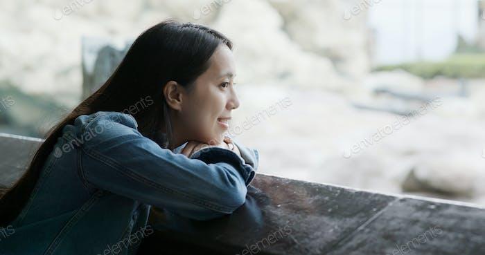 Frau Blick auf das Tier im Park