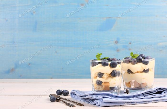 Frische Blaubeere Schichtwüste mit Mascarpone-Creme und Keksen