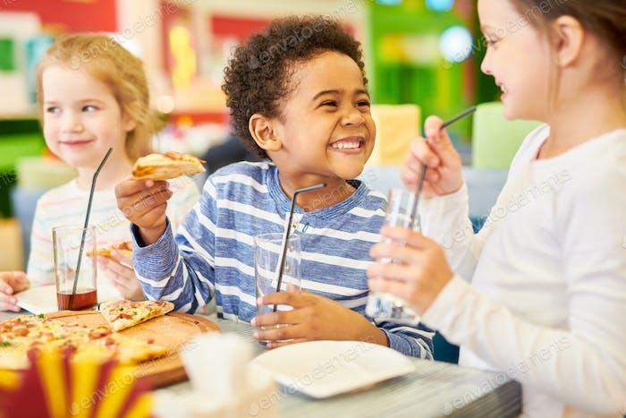 Glückliche Kinder in der Pizzeria