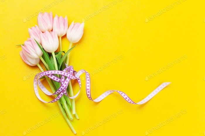 Rosa Tulpen auf gelbem Hintergrund