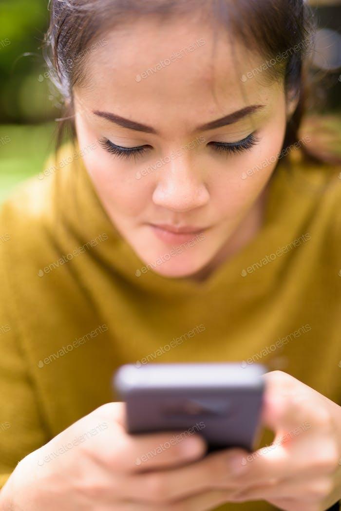 Nahaufnahme der asiatischen Frau mit Mobiltelefon
